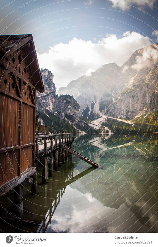 Spiegelbild Himmel Natur Wasser Einsamkeit ruhig Wolken Berge u. Gebirge Holz Freiheit See authentisch Schönes Wetter Urelemente Gipfel Seeufer Hütte