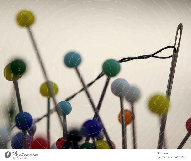 Neulich beim Akupunkteur Stecknadel Nähnadel rot grün gelb stechen schwarz Nähen Stoff Sticken rund mehrfarbig Öhr Schlaufe Handwerk blau Nähgarn Nadelkissen