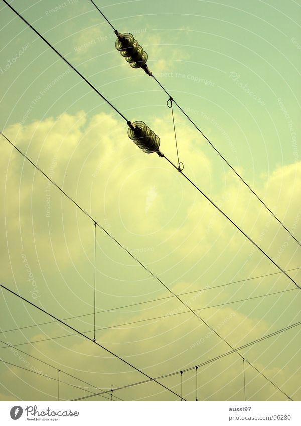 Fahrstromversorgung Oberleitung durcheinander Gleise Bahnsteig verjüngen verbinden Bahnhof Leitung Kabel Netz Streckennetz Himmel Verbindung Stromversorgung