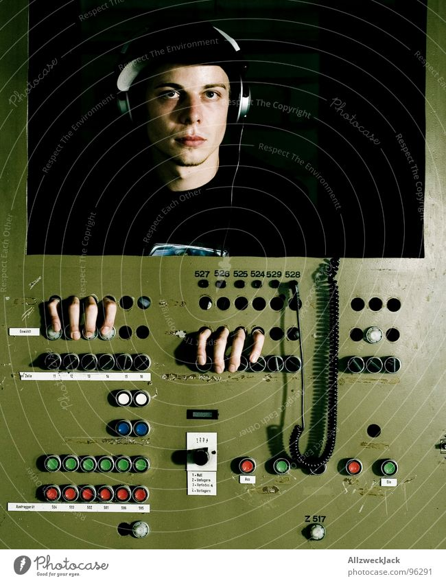 Dan the Automator III Mann Software Musik maskulin Zukunft Kommunizieren Beruf Medien Dienstleistungsgewerbe Kasten Maschine Kopfhörer Kiste Klang Knöpfe Arbeitsplatz