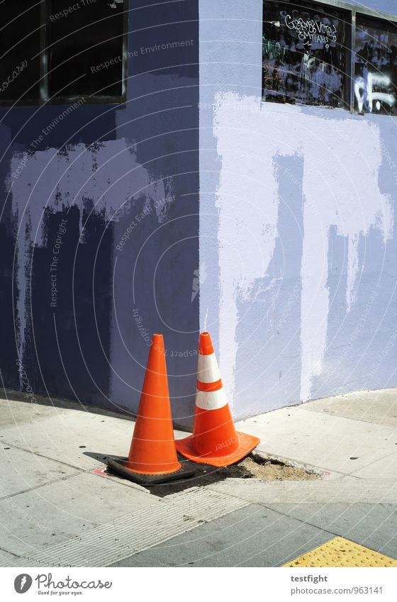 lilablassblau Stadt Menschenleer Haus Mauer Wand Fassade achtsam Wachsamkeit Bürgersteig Farbfoto Außenaufnahme Licht Schatten Sonnenlicht