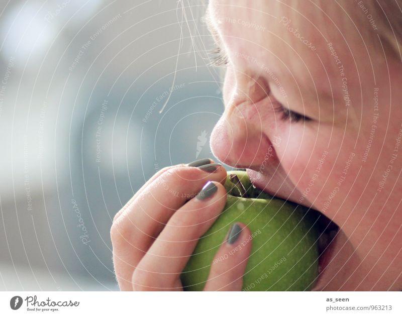 Gut für die Zähne Lebensmittel Frucht Apfel Ernährung Essen Bioprodukte Vegetarische Ernährung Diät Fasten Gesundheit Fitness Sport-Training feminin Mädchen