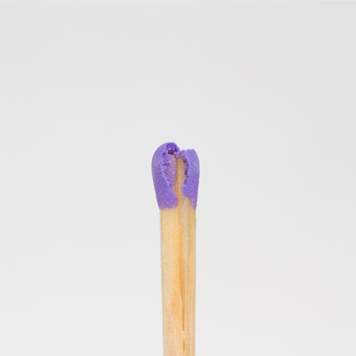sich den kopf zerbrechen Holz Denken stehen kaputt violett Schmerz Kopf Streichholz Streichholzkopf Kopfschmerzen entflammbar brennbar nachdenklich Einsamkeit
