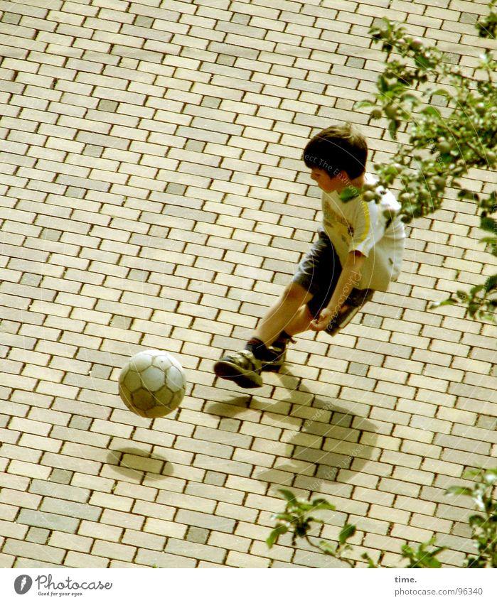 ... and forget Beckonaldolski Straße Sport Spielen Junge Fußball Luftverkehr Mensch Kind Lebensfreude Dynamik Turnschuh Lust Hinterhof Leder Fußballer