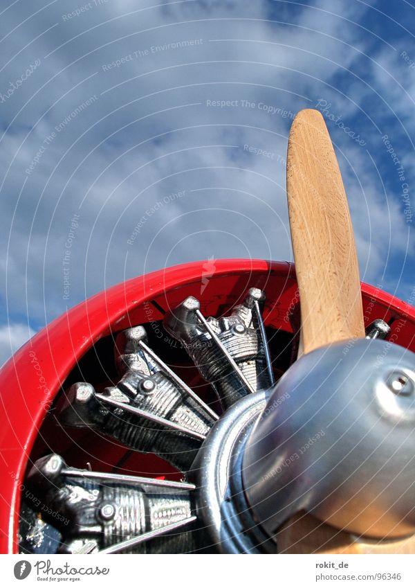 Jetzt geht´s rund, sprach der Spatz... Himmel blau rot Holz Luft Flugzeug Wind Industrie Luftverkehr Technik & Technologie Freizeit & Hobby drehen silber Motor Oldtimer Propeller