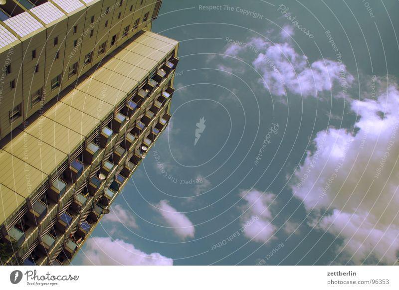 Nichts besonderes Himmel Sommer Haus Wolken Berlin Hochhaus Balkon Etage Mieter Plattenbau Stadthaus Vermieter Loggia Kreuzberg Neubau Neubausiedlung