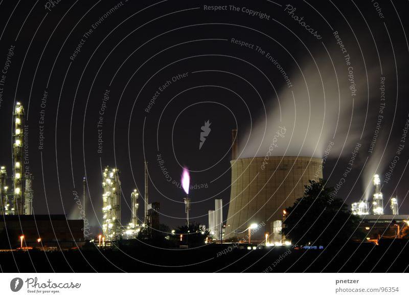 Industrie bei Nacht Lampe dunkel Brand Fabrik Rauch Flamme Schornstein Wasserdampf Fackel Kühlturm