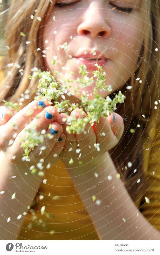 Summertime Mädchen Jugendliche Leben 1 Mensch 8-13 Jahre Kind Kindheit Umwelt Natur Pflanze Frühling Sommer Blüte Mode Nagellack brünett blond langhaarig
