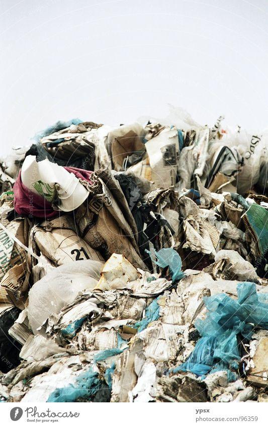 Müll Himmel blau alt rot schwarz grau braun Ordnung Platz Streifen trist Vergänglichkeit Dinge USA Kunststoff