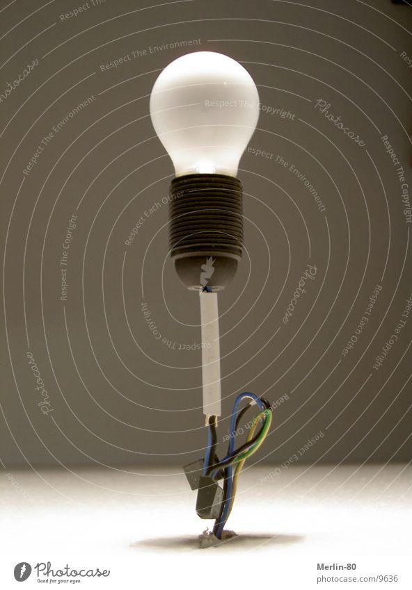 Stehende Idee Lampe Glühbirne Licht stehen Häusliches Leben Geschwindigkeit keine idee Decke Halterung über kopf
