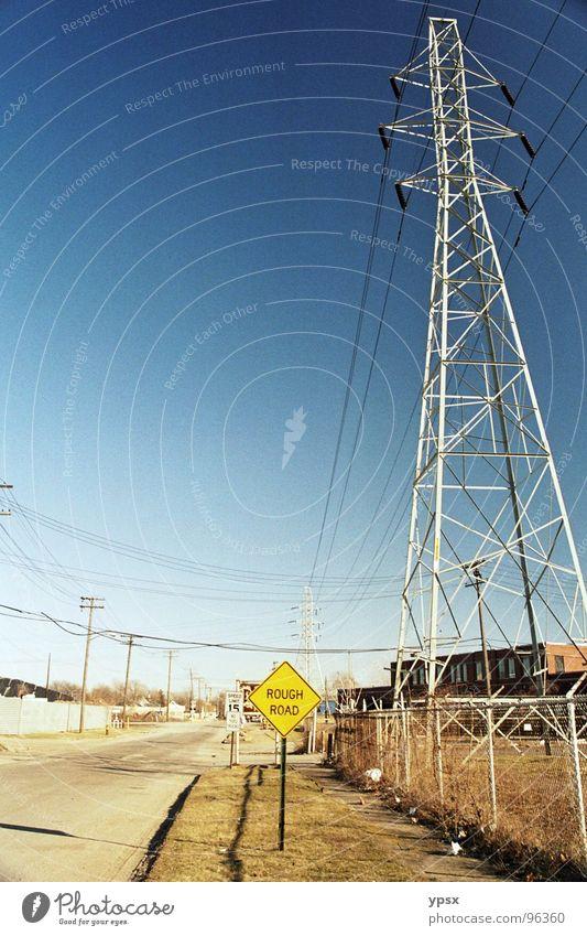 Straße Elektrizität Straßennamenschild gelb braun Schlagloch Asphalt Außenaufnahme Strommast Hochspannungsleitung Schönes Wetter Pol- Filter Zaun Amerika USA