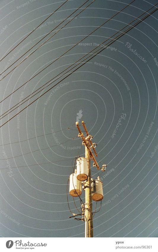 Strommast Himmel blau schwarz Wolken gelb Straße grau Gebäude Wärme braun Metall Industrie Ordnung Elektrizität trist USA