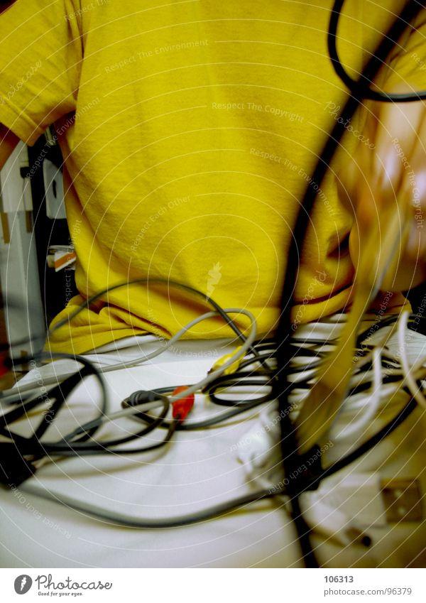 GUTEN APPETIT: KABELSALAT [3.AKT] Mann alt weiß Hand rot schwarz gelb grau Holz Feste & Feiern Lebensmittel maskulin Musik sitzen modern frisch