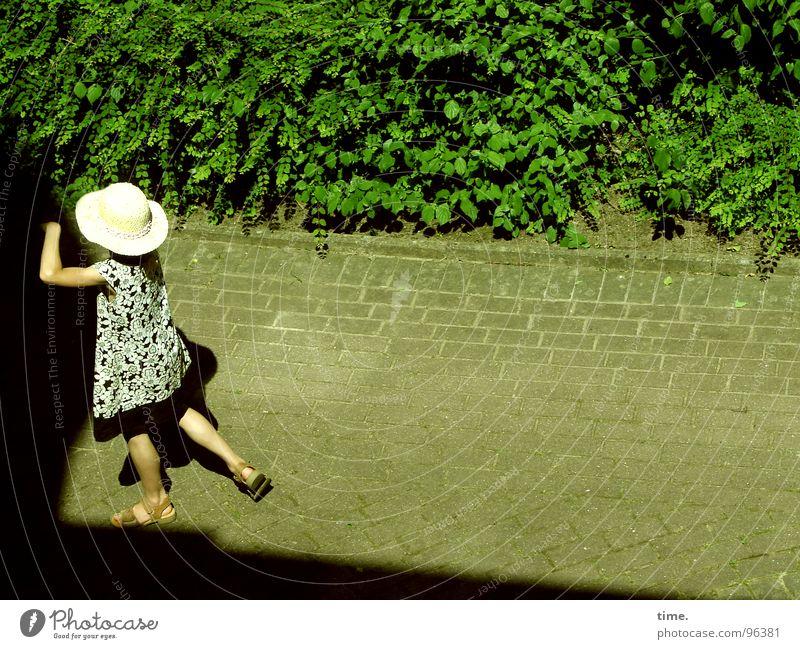 Dancing With Myself - I Mädchen Sonne Sommer Einsamkeit Garten Wege & Pfade Kleid Hut Kopfsteinpflaster Grünpflanze Sandale
