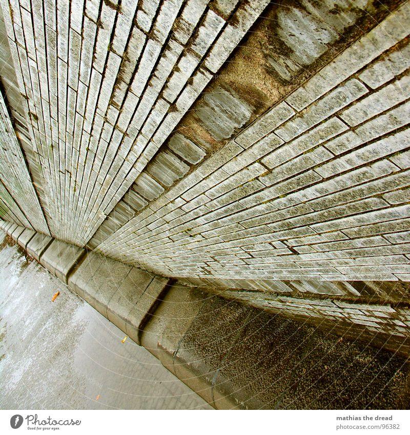 regenwetter Wand Backstein massiv hart kalt nass feucht dreckig faulig Regenwasser Pfütze Reflexion & Spiegelung parallel Ecke Fluchtpunkt dunkel Linie