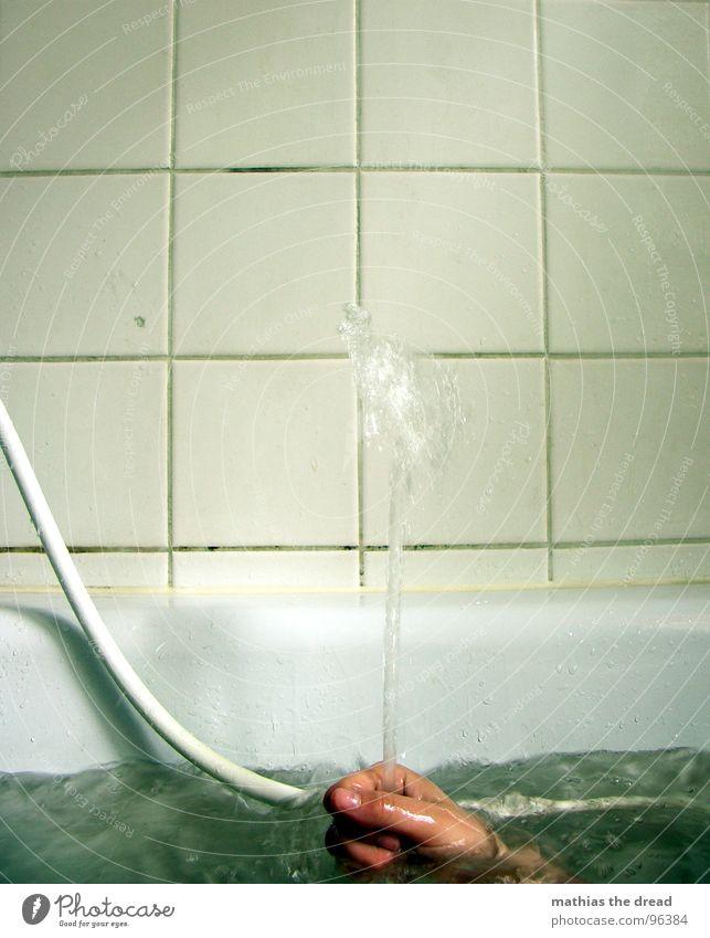 MORGENS Flüssigkeit nass feucht Physik sprudelnd Strahlung Wasserstrahl Badewanne Schlauch Wasserschlauch Hand Langeweile Geplätscher stagnierend spritzen