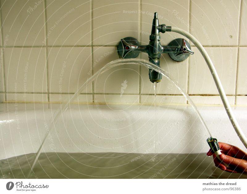 ABENDS Flüssigkeit nass feucht Physik sprudelnd Strahlung Wasserstrahl Badewanne Schlauch Wasserschlauch Hand Langeweile Geplätscher stagnierend Spritze