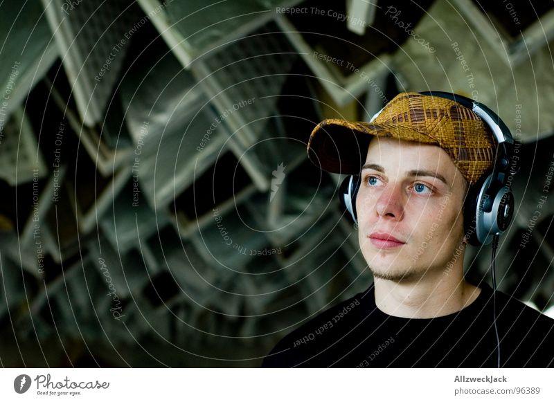 Der Musikkonsument Kopfhörer Diskjockey Baseballmütze Mütze Kopfbedeckung Mann maskulin Herr hören laut genießen Walkman Krach schädlich Zusammenbruch Porträt
