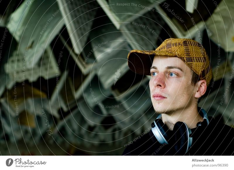 Der Musikkonsument II Mann maskulin Medien hören verfallen Hut Mütze genießen schäbig Diskjockey Kopfhörer Decke Klang laut Krach