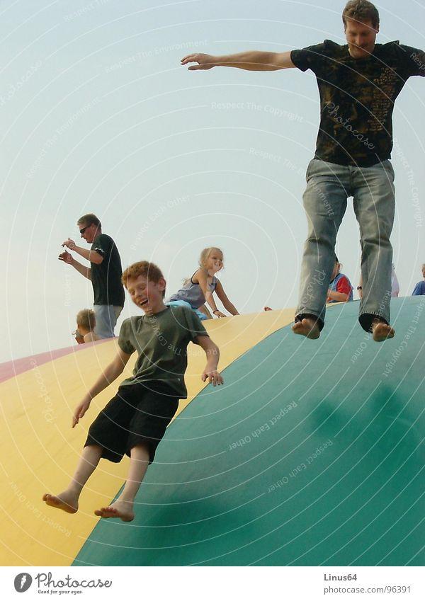 Wenn der Vater mit dem Sohne springen hüpfen Sommer Freizeit & Hobby Freude lachen Vatertag