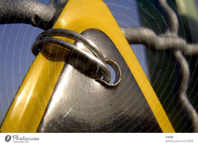 Dresdens Schilder - Draht durch Loch 01 Warnschild Befestigung gelb Zaun Industrie Schilder & Markierungen Detailaufnahme