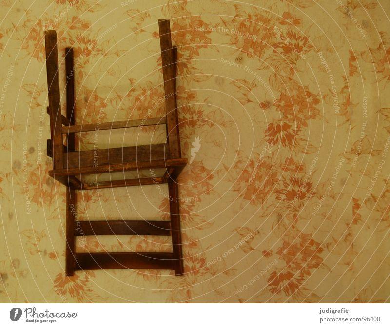 Stehgelegenheit Dekoration & Verzierung Möbel Stuhl Tapete Raum Holz alt drehen braun Wand auf dem Kopf verkehrt Sitzgelegenheit Stehplatz vergilbt verfallen