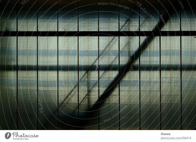Zeig mir den Weg nach unten... Wand Fenster Glas Treppe Industrie Stahl aufwärts diagonal Geländer Konstruktion abwärts Treppenhaus vertikal horizontal