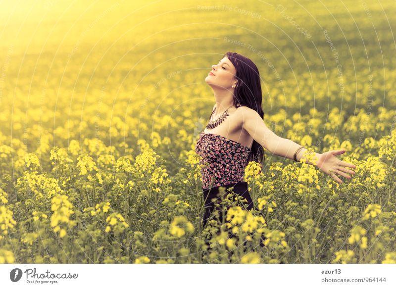 Happiness Mensch Frau Natur Jugendliche Pflanze schön Sommer Sonne Junge Frau Erholung Blume Landschaft ruhig Freude Erotik 18-30 Jahre