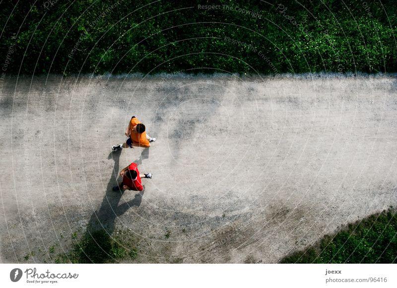 Absicht III Mann rot Freude gelb Wiese Sport Spielen Gras Bewegung Junger Mann Freundschaft Gesundheit Zusammensein orange laufen trist