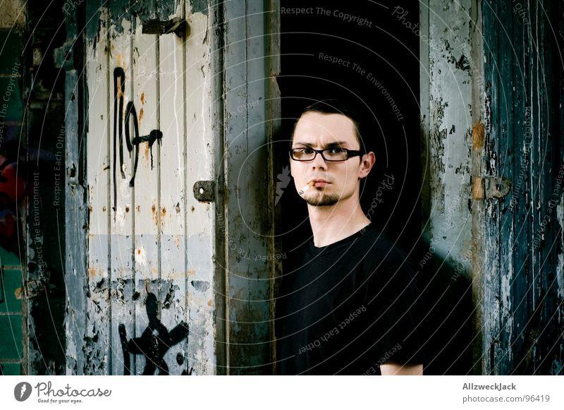 Zwischen Tür und Angel offen Mann gehen Holztür Tor dunkel dreckig gruselig Porträt Selbstportrait Auslöser stehen neutral ernst verfallen Graffiti