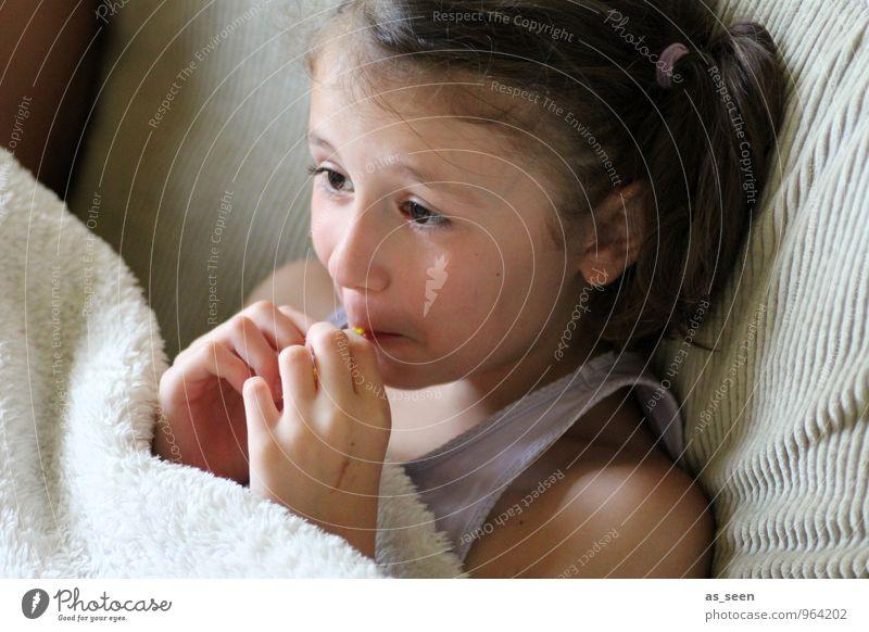Spannung feminin Mädchen Leben Gesicht Auge 1 Mensch 3-8 Jahre Kind Kindheit 8-13 Jahre Fernsehen schauen brünett beobachten Blick sitzen lustig braun Gefühle