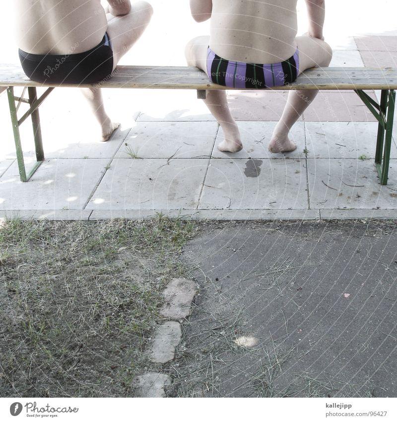 pack die badehose ein... Mann Natur Sommer sprechen Garten Rücken sitzen Schwimmen & Baden Haut maskulin Streifen Schwimmbad Hinterteil heiß hocken Badehose