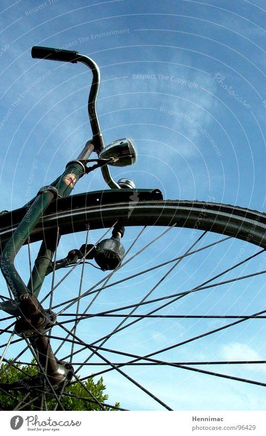 Holland vom Frosch aus gesehen. Fahrrad Himmel Speichen axial Achse Fahrradlenker Lenker Lampe Gabel Niederlande Froschperspektive Detailaufnahme Bildausschnitt