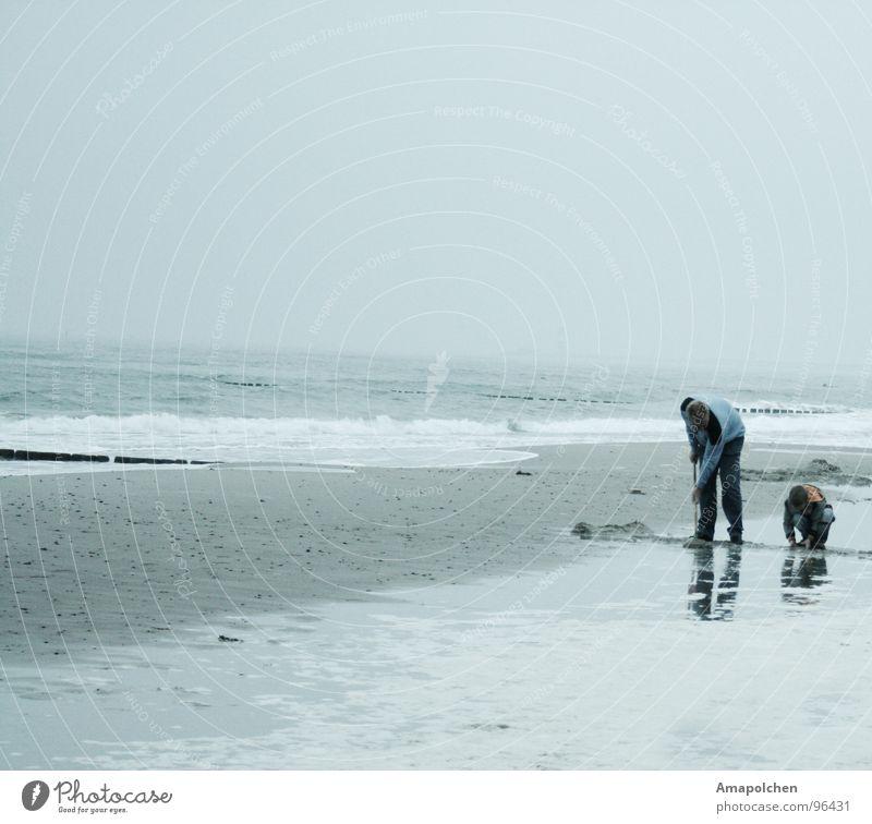 Vater und Sohn Kind Himmel Natur Ferien & Urlaub & Reisen Mann blau Sommer Wasser Meer Einsamkeit Freude Strand kalt Erwachsene Graffiti Junge