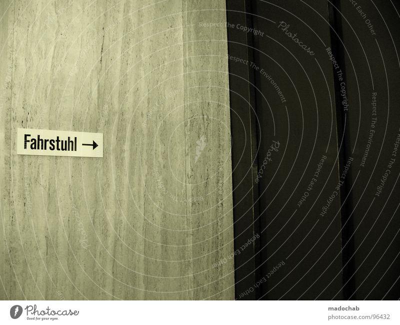 FAHRSTUHL -> Fahrstuhl Mobilität Geschwindigkeit Typographie Wort Richtung einfach Wand Mauer trist Einsamkeit leer Behörden u. Ämter Hinweisschild Buchstaben