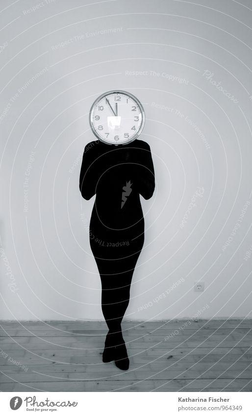 Standuhr maskulin feminin androgyn 1 Mensch 18-30 Jahre Jugendliche Erwachsene 30-45 Jahre 45-60 Jahre stehen grau schwarz silber weiß Zeit Uhr Uhrenzeiger 12