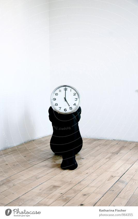 17 Uhr UND das 200. !! Yipiheee Mensch weiß schwarz feminin Holz Zeit braun maskulin Uhr sitzen warten Perspektive Bodenbelag Vergänglichkeit Hoffnung Ziel