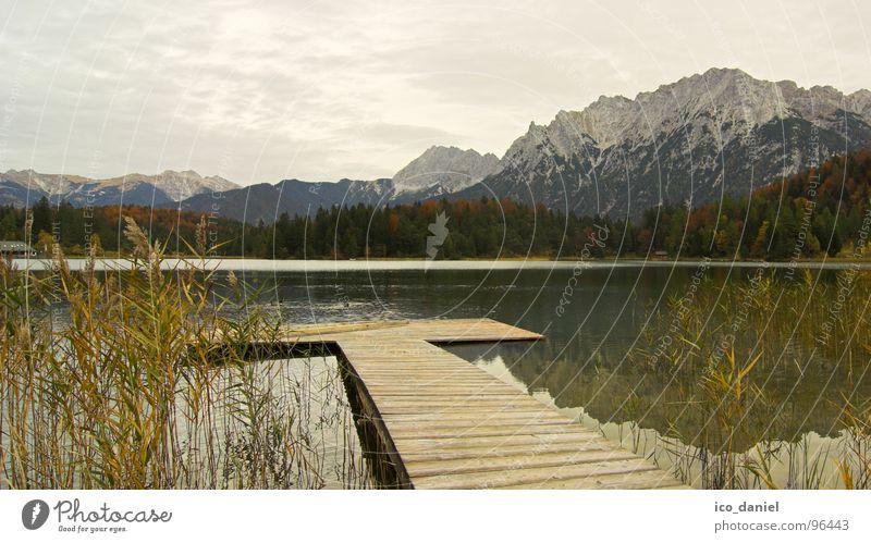 Herbststimmung - Oberbayern Wolken ruhig Erholung Herbst dunkel Schnee Berge u. Gebirge Stimmung See Garmisch-Partenkirchen wandern Alpen Schilfrohr Steg Anlegestelle Bayern