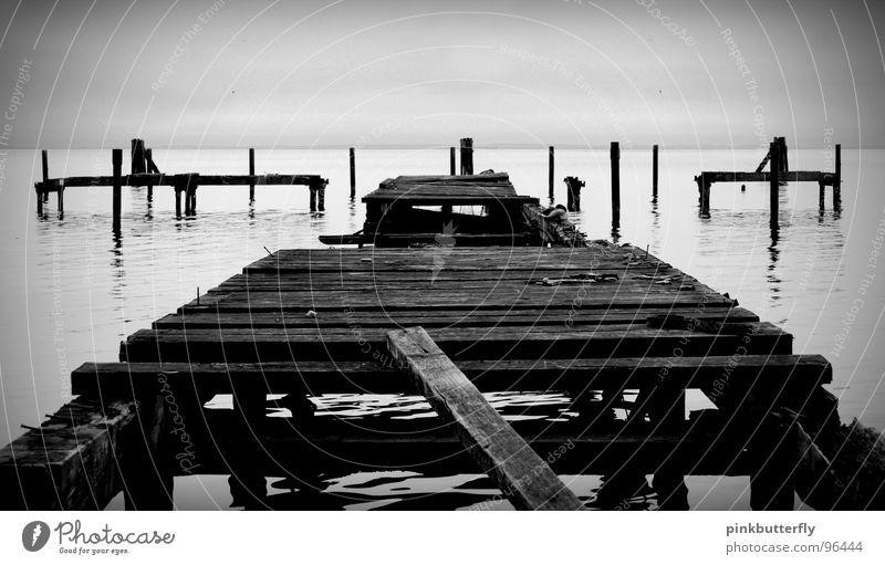 Auf den Spuren der Vergänglichkeit II See Meer Steg Anlegestelle Küste schwarz weiß Nebel Meeresspiegel Holz kaputt gebrochen Wasserspiegelung verfallen