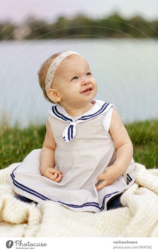 Glücklich Mensch Kind Natur blau schön grün Mädchen Freude feminin Liebe klein blond sitzen Kindheit Fröhlichkeit Bekleidung
