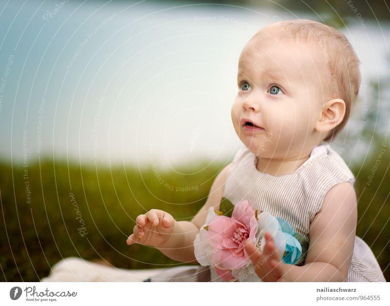Baby am See feminin Kind Kleinkind Mädchen 1 Mensch 0-12 Monate Natur Sommer Seeufer Teich Bekleidung Kleid Accessoire beobachten entdecken Lächeln Blick