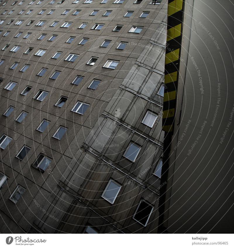 janosch´s traumstunde Toreinfahrt Einfahrt Osten Berlin Armutsgrenze Hinterhof Plattenbau Fassade Lichthof Fenster grau Mieter Torbogen Hauseingang Stadt
