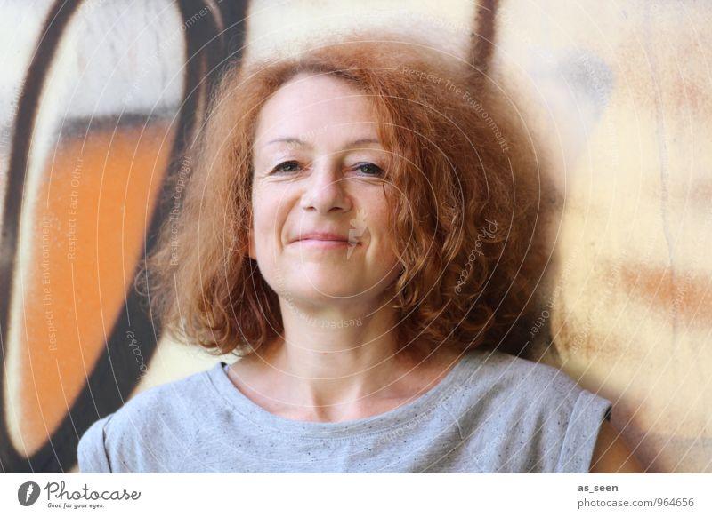 Hey! Frau Erwachsene Leben Haare & Frisuren 30-45 Jahre Mauer Wand rothaarig Locken Schriftzeichen Graffiti Lächeln authentisch Freundlichkeit einzigartig