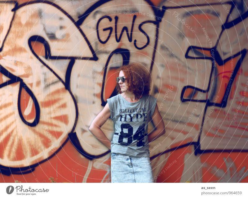 Grafitti Mensch Frau Stadt Sommer Erwachsene Umwelt Wand Graffiti feminin Berlin Mauer grau Freiheit Haare & Frisuren Stein orange
