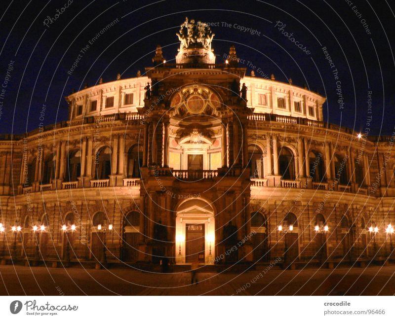 sämpa-opa Semperoper Dresden Sachsen Kulturdenkmal Denkmal Rundbauweise Langzeitbelichtung dunkel Nacht Weltkulturerbe Wahrzeichen Oper Säule alt Show Mensch