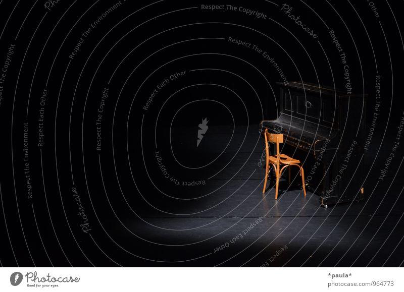 Die Ruhe vor dem... ruhig schwarz braun Kunst Musik warten Perspektive ästhetisch Beginn Pause Show Neugier Stuhl Veranstaltung Leidenschaft Konzert