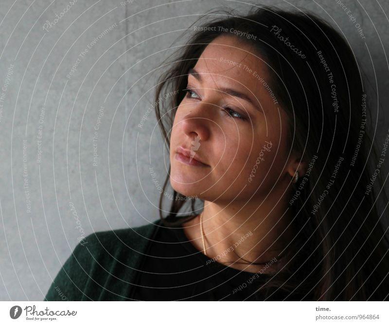 . feminin Junge Frau Jugendliche 1 Mensch Mauer Wand Pullover Schmuck brünett langhaarig beobachten Denken Blick träumen warten schön selbstbewußt Vertrauen