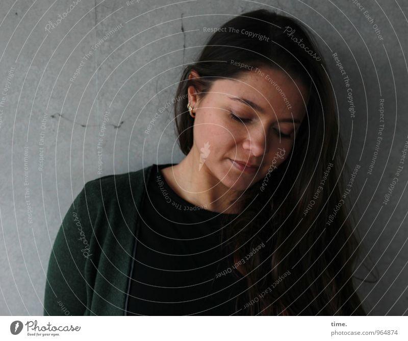 . Mensch Jugendliche schön Junge Frau ruhig dunkel feminin Denken träumen warten Schutz Sicherheit T-Shirt Gelassenheit Jacke brünett