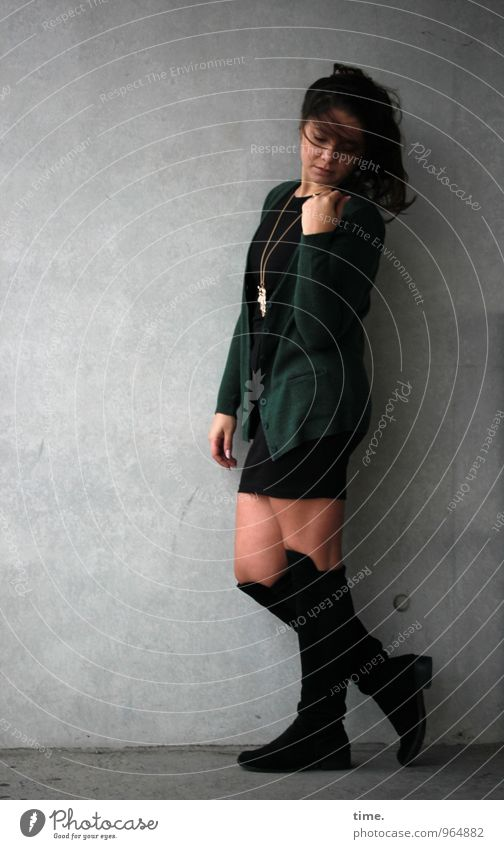 . feminin Junge Frau Jugendliche 1 Mensch Mauer Wand Rock Jacke Schmuck Stiefel brünett langhaarig Bewegung Blick stehen warten schön Zufriedenheit selbstbewußt