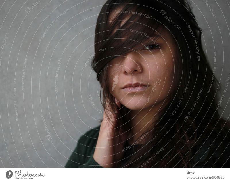 . feminin Junge Frau Jugendliche 1 Mensch Mauer Wand Jacke Haare & Frisuren brünett langhaarig beobachten Blick warten schön Sicherheit Schutz Wachsamkeit